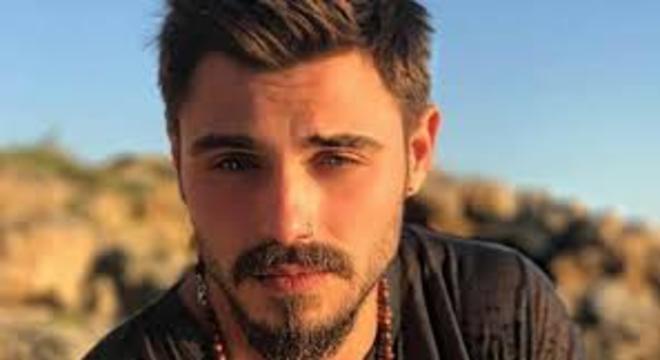 Francesco Monte fuori dalla casa del Grande Fratello Vip per un malore, paura tra i fan